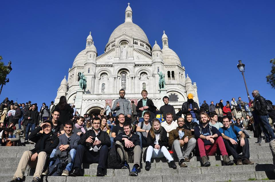 A bunch of ATHENS students in front of Sacre Cœur